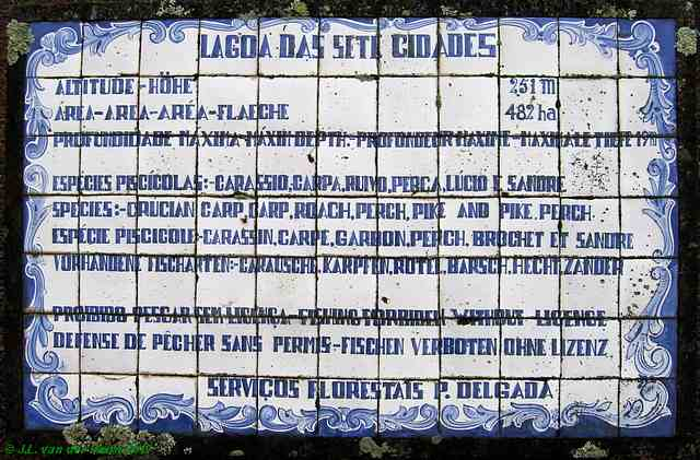 At the beginning of the dam is a small bed of flowers with an old plaque in it, consisting of glazed tiles, which tells about the lakes and the fish they contain